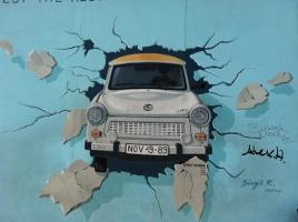 Trabant sur le mur de Berlin